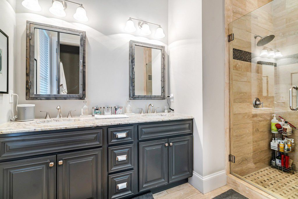 A master bathroom with two sinks.