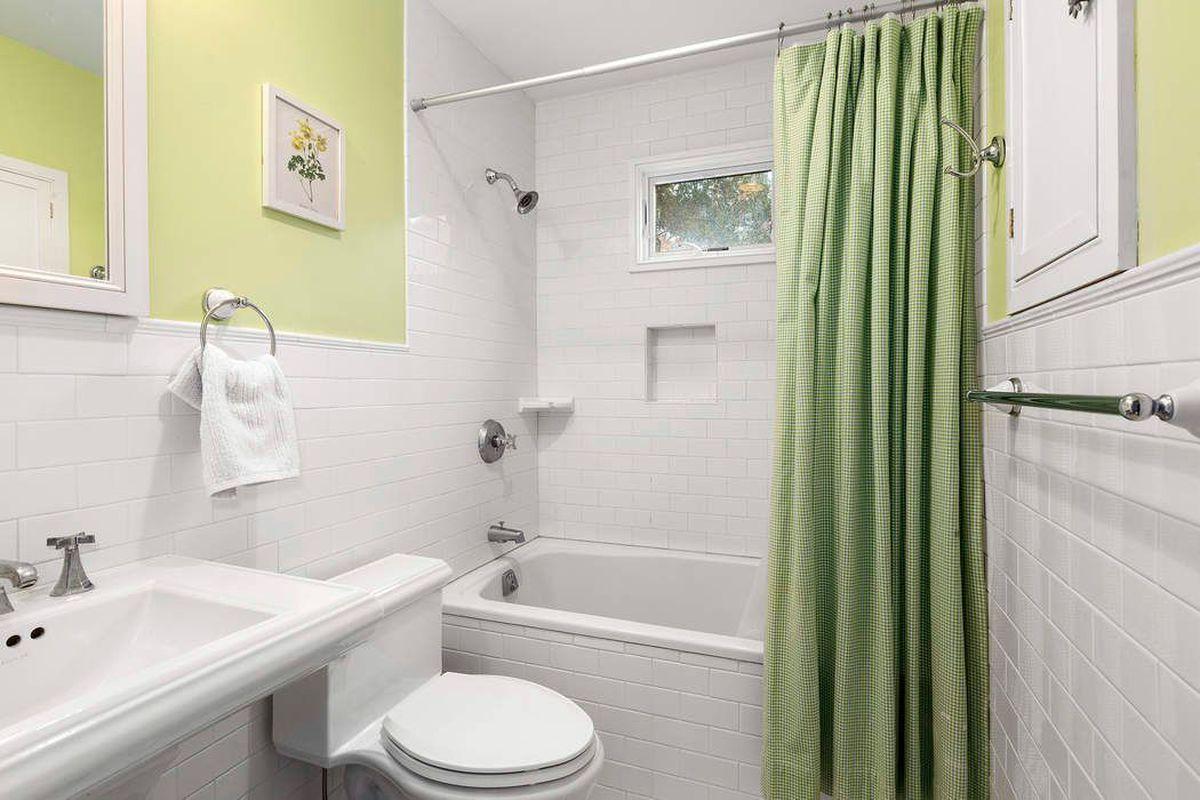 A light-filled East Hampton summer rental near the bay seeks $30K ...