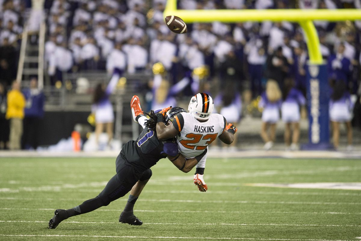 Shaq Thompson breaks up a pass intended for the Oregon State running back.
