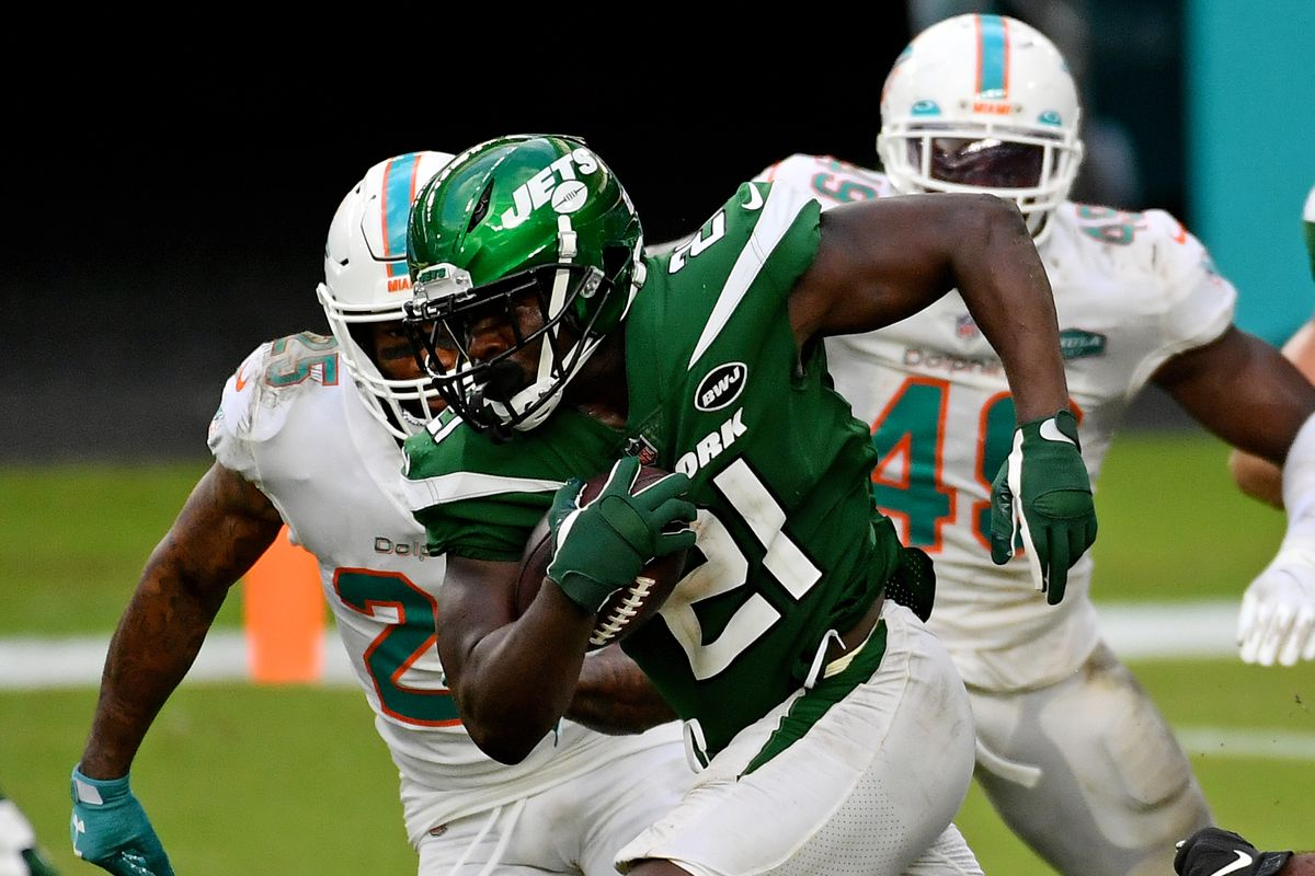 New York Jets running back Frank Gore (21) runs the ball against the Miami Dolphins during the second half at Hard Rock Stadium.