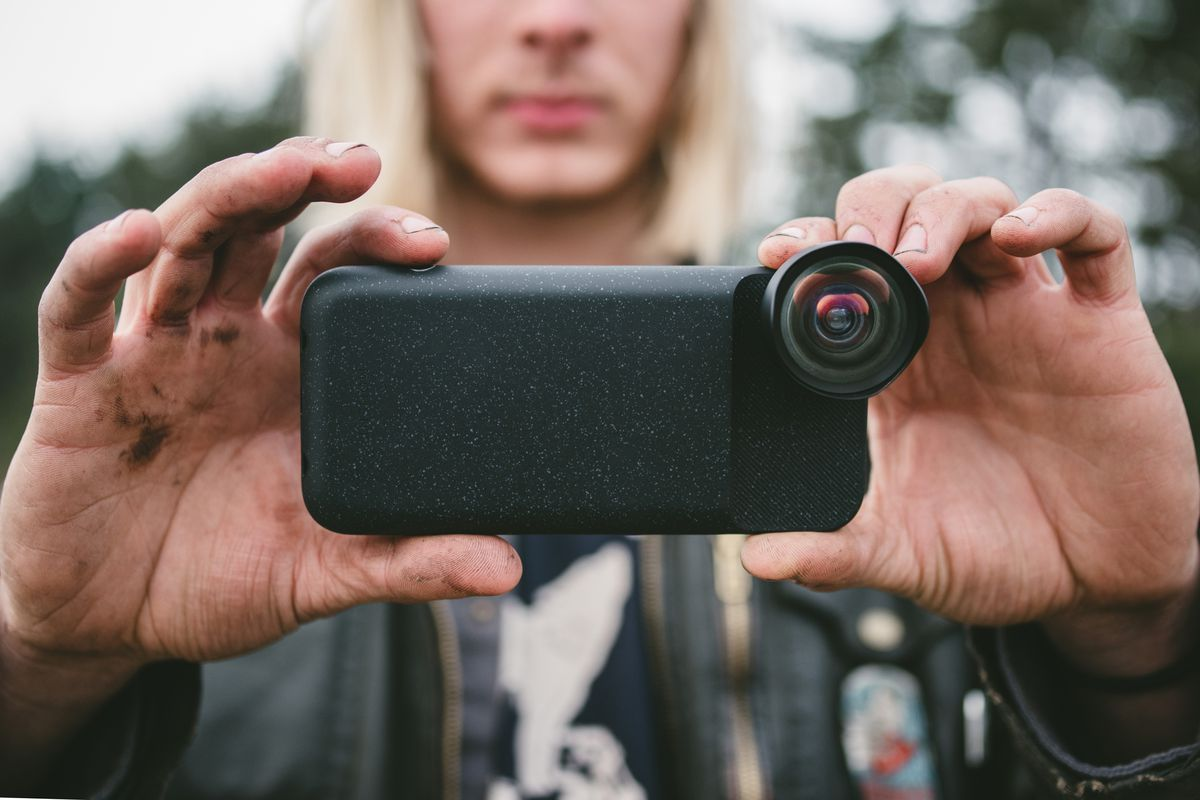 wholesale dealer fab29 a5271 Moment's new iPhone photography case has a built-in battery - The Verge