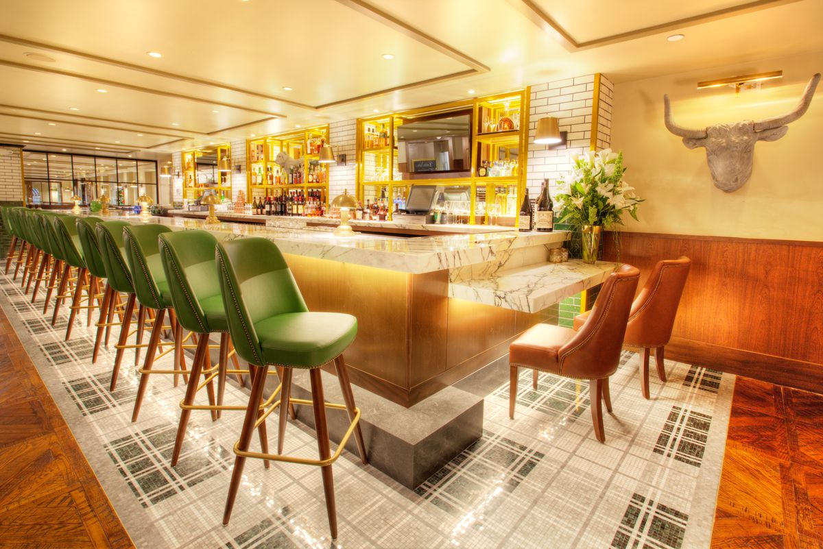 The upstairs bar at Smith & Wollensky