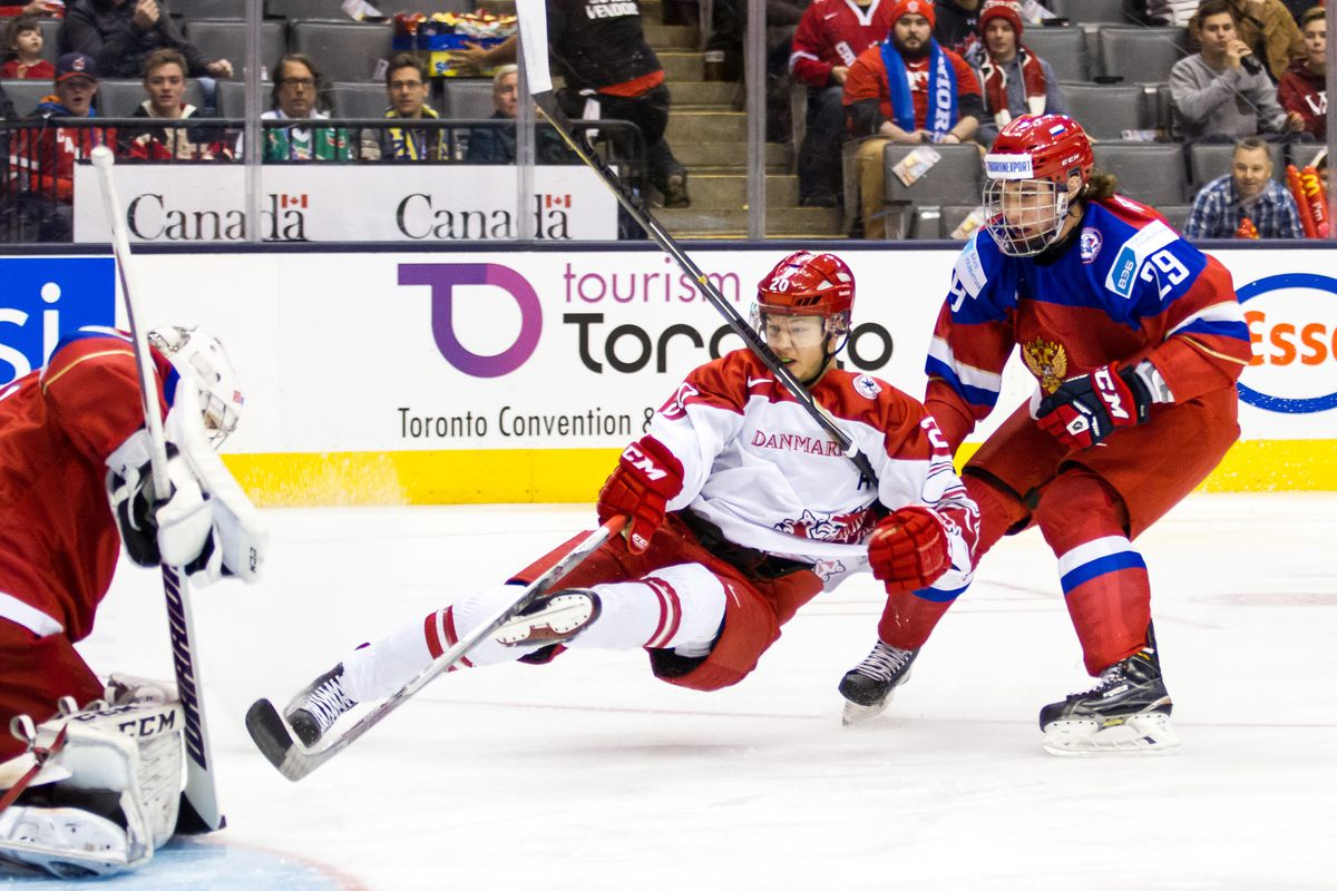 Mads Eller crashes the net against Russia.