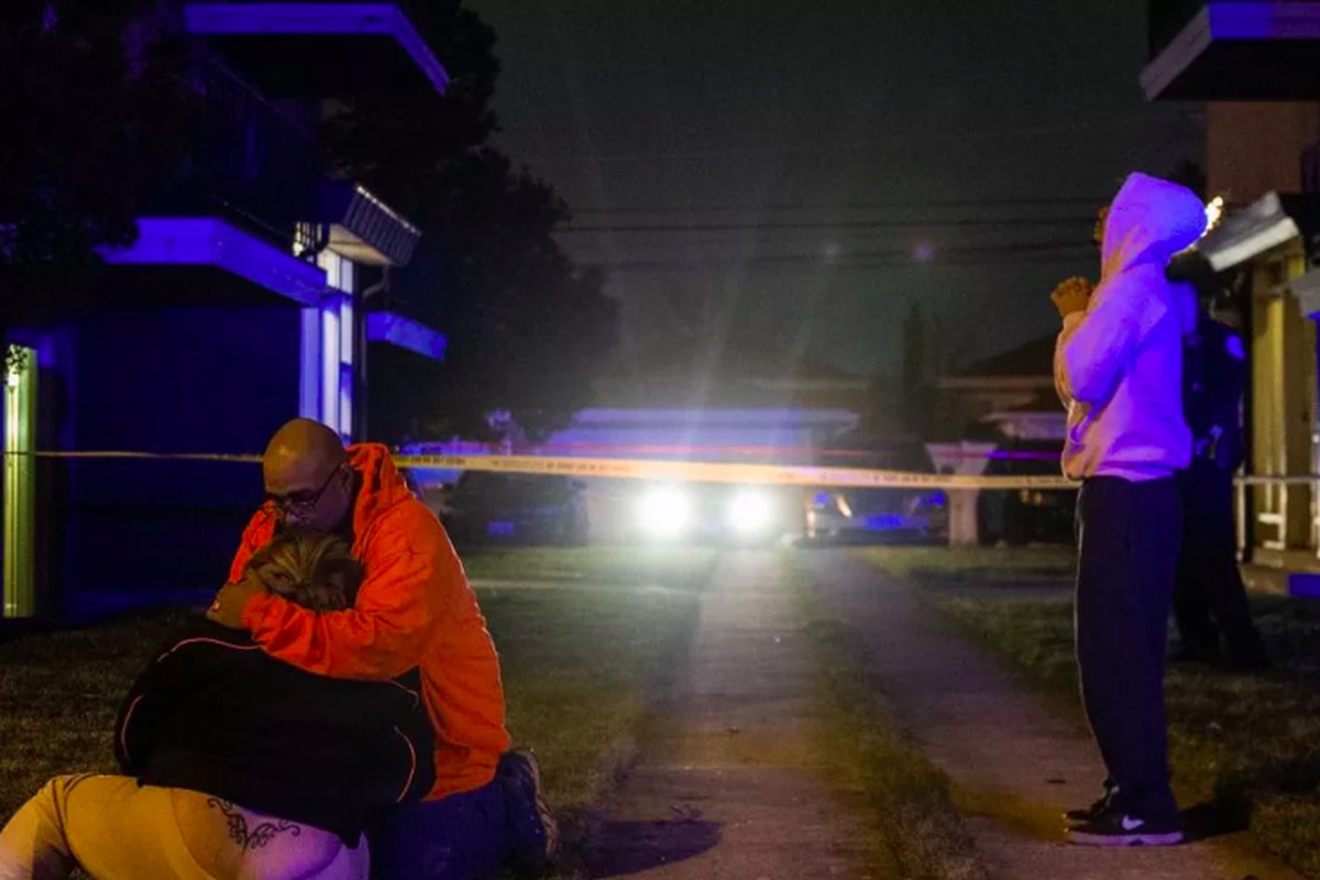 Family members grieve on Jan. 6, 2019 at the scene of a shooting that killed Emilio Miranda, 21, in the 6000 block of West 63rd Street.