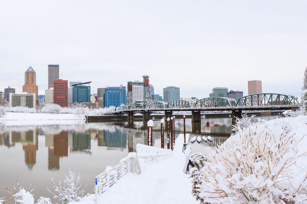 Snow piles up on the banks of the Willamette on a cold day in 2017