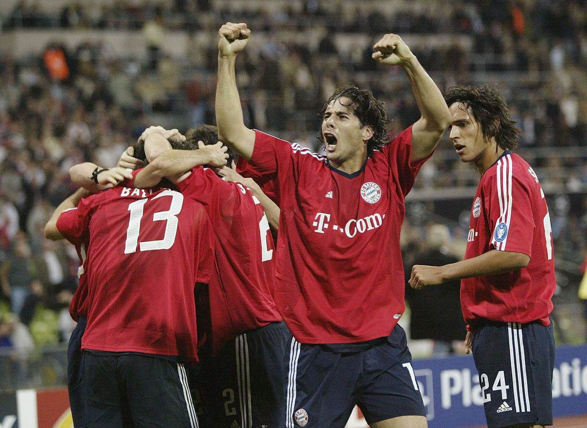 Claudio Piazarro of Bayern celebrates