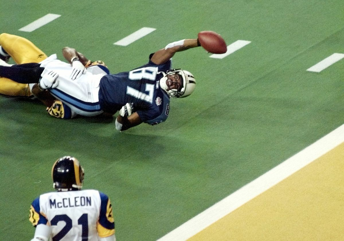 Tennessee Titans wide receiver Kevin Dyson stretch