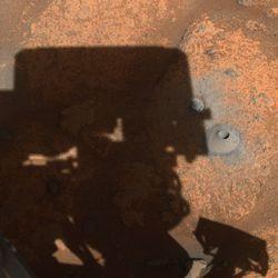 Il foro che Perseverance ha praticato il 5 agosto, seduto a destra dell'ombra della torretta del rover.