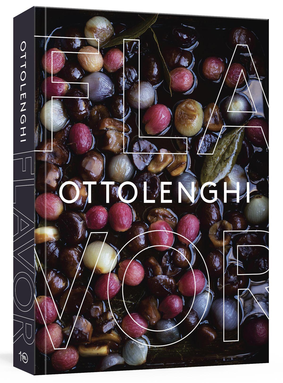 Un gros plan de mariner des olives et des oignons sur la couverture d'Ottolenghi Flavor