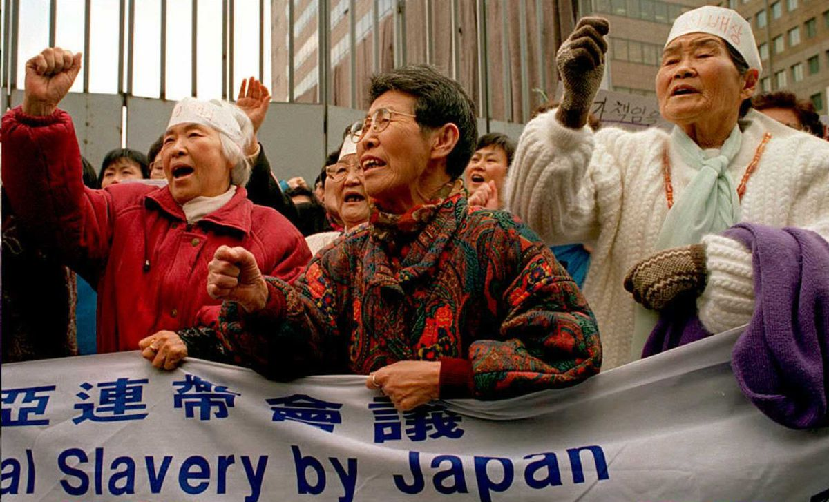 Korean survivors of Japanese wartime sexual slavery at a 1995 rally for justice near the Japanese embassy (CHOO YOUN-KONG/AFP/Getty)