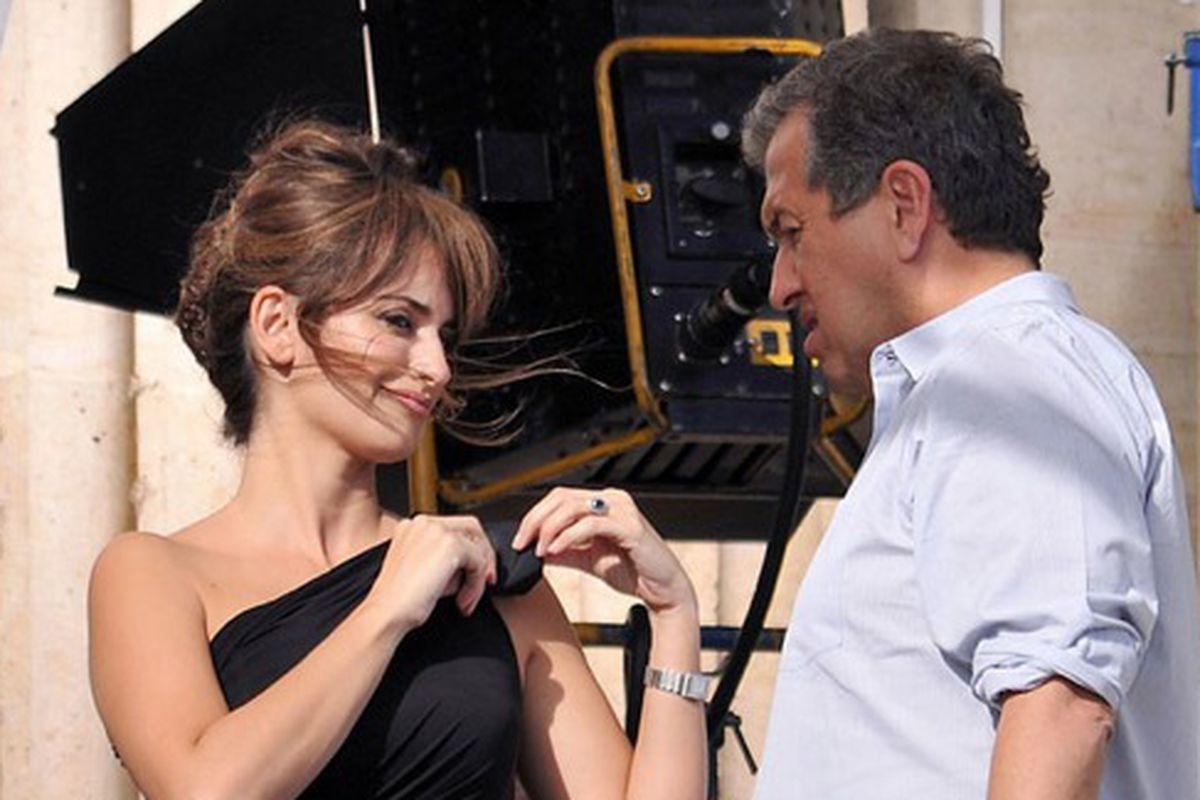 """Penelope Cruz (left) and Mario Testino, via <a href=""""http://revistaquem.globo.com/Revista/Quem/0,,EMI136679-8197,00.html"""">Quem</a>"""