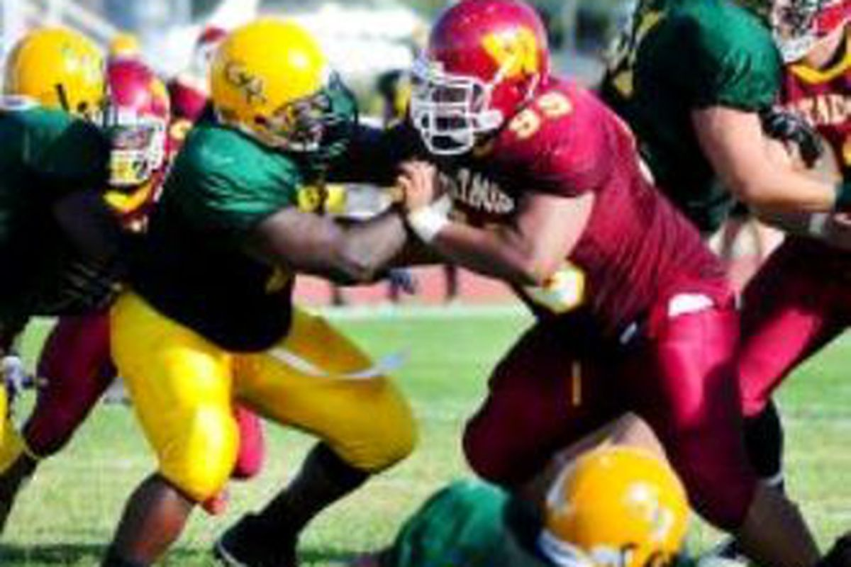 Calvin Tonga (99), a defensive tackle from Arizona Western Junior College, has verbally committed to Oregon St. <em>(Yuma Sun photo)</em>