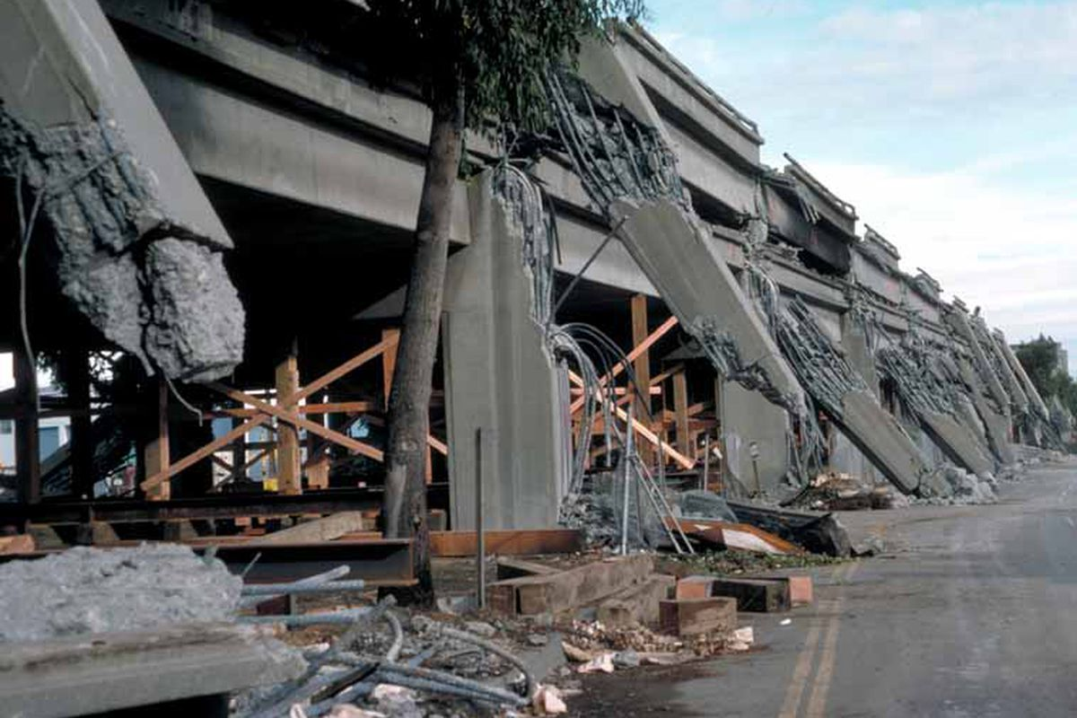 the cypress viaduct in west oakland collapsed in the 1989 loma prieta quake h g wilshire u s geological survey