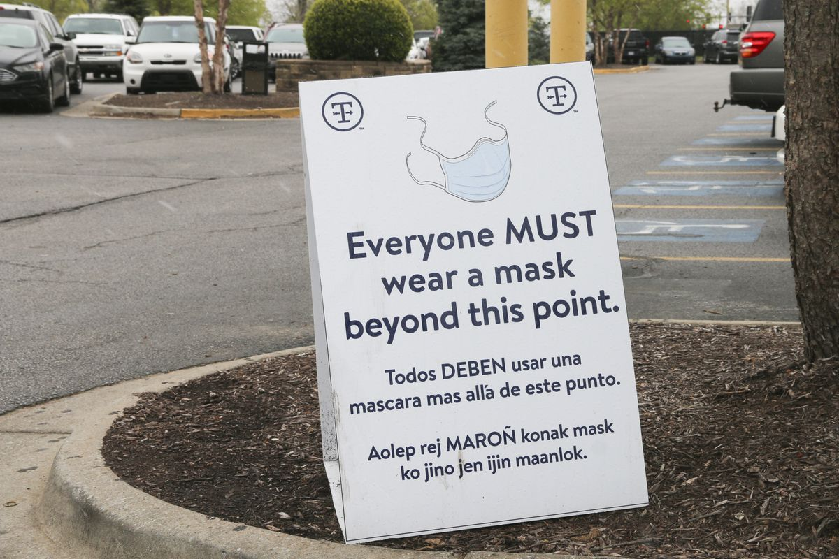 A sign telling employees to wear a face mask to stop COVID-19.