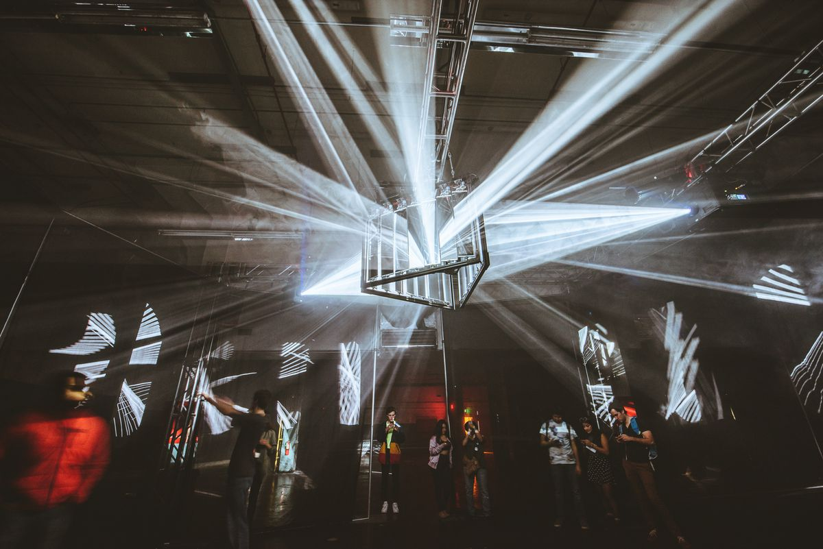 """""""Phases,"""" a sculptural environment created with robotic mirrors by AV&C + Houze"""