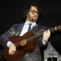 Sean Lennon performs Tuesday, Dec. 19, 2006 at the Bowery Ballroom in New York. (AP Photo/Gary He)