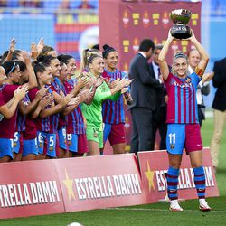Alexia Putellas lifts the trophy