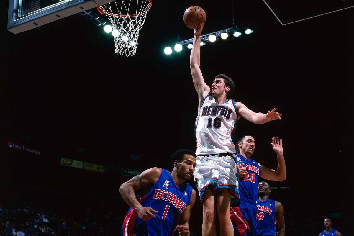 Pau Gasol slam dunk v Pistons.