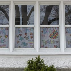 """A drawn message in the window of a home reads """"Hang in there Edgewater!! Thanks to all the Healthcare Workers"""" in the 1200 block of West Glenlake, in the Edgewater neighborhood."""