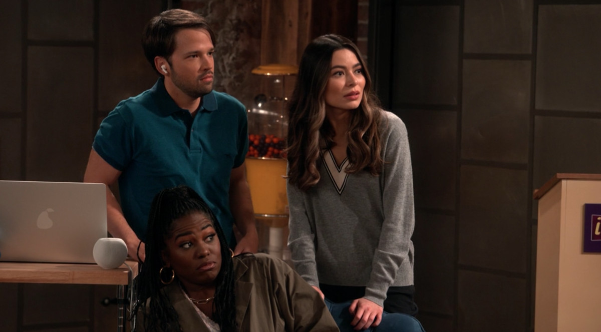 freddie, carly, and harper making shocked faces as they listen to a bad slam poet