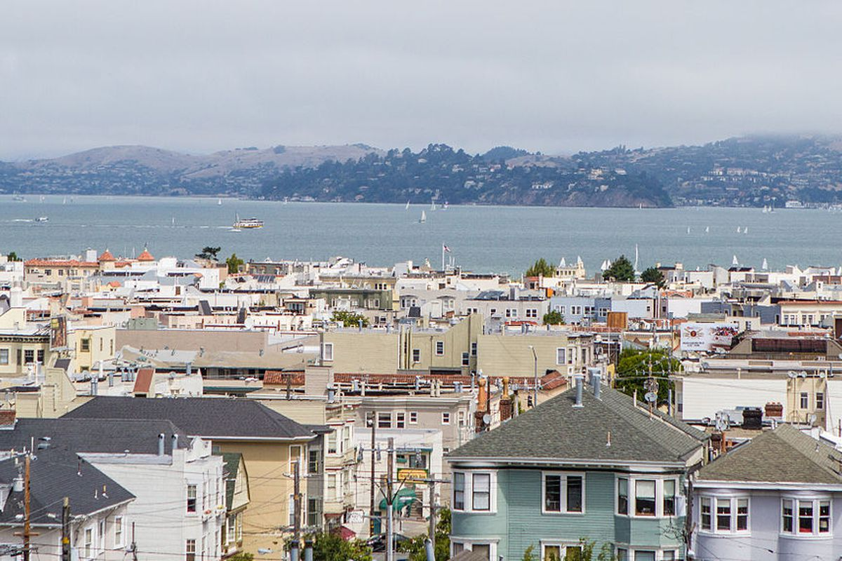Cow Hollow houses in front of the bay.