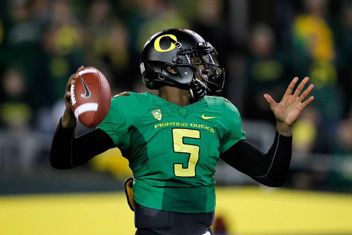 EUGENE, OR - OCTOBER 06:  Darron Thomas #5 of the Oregon Ducks throws the ball against the California Golden Bears on October 6, 2011 at the Autzen Stadium in Eugene, Oregon.  (Photo by Jonathan Ferrey/Getty Images)