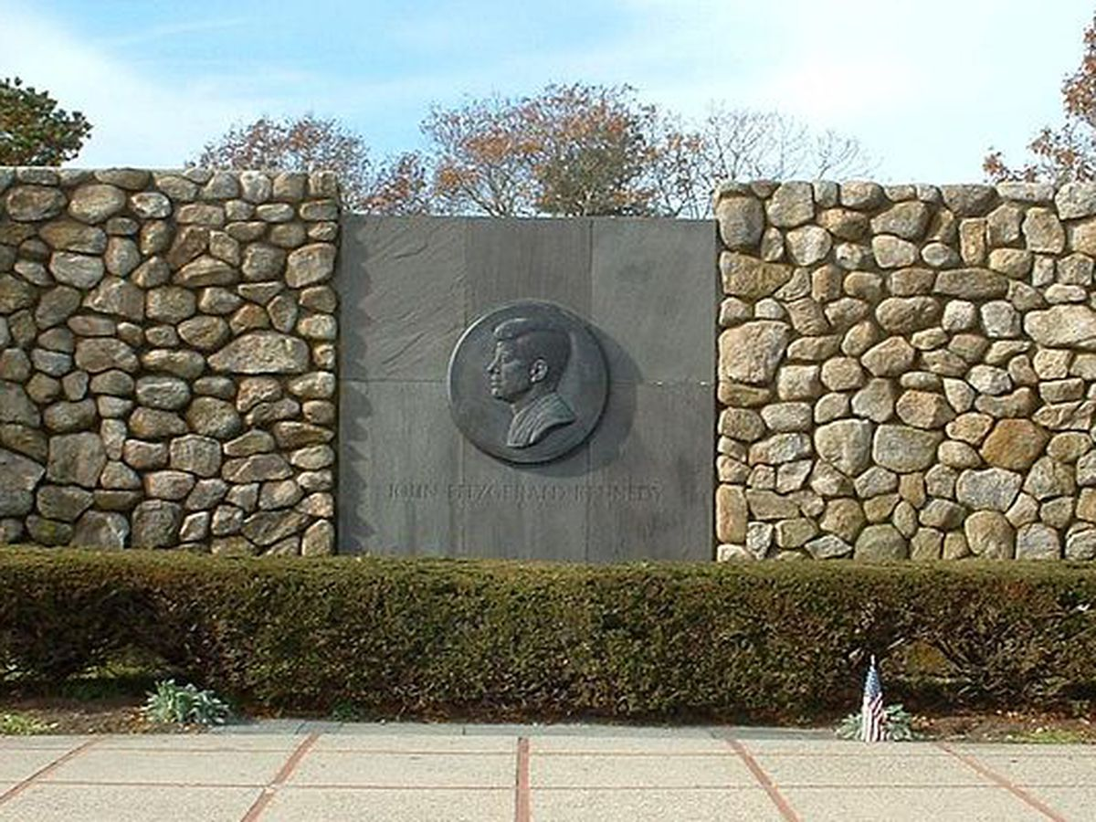 """<a href=""""http://commons.wikimedia.org/wiki/File:Barnstable_JFK_Monument.jpg""""></a>"""