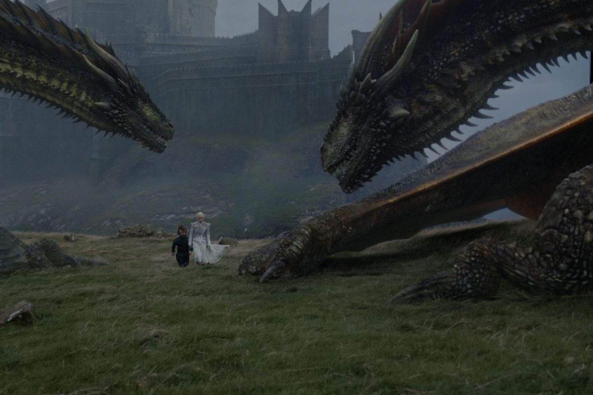 Game of Thrones 706 - Daenerys and Tyrion walking among two dragons