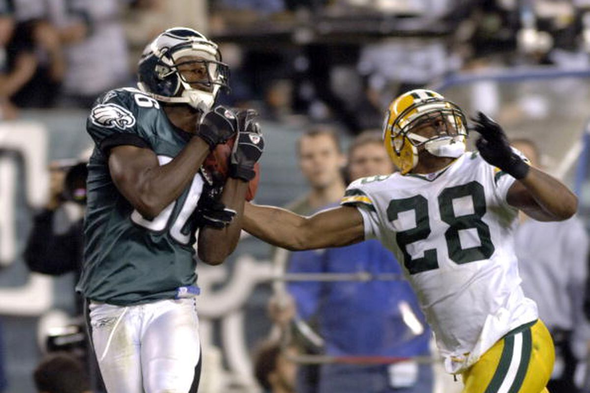 Philadelphia Eagles wide receiver Reggie Brown grabs a pass against Green Bay Packers Ahmad Carroll October 2, 2006 during ESPN Monday Night Football in Philadelphia, Pennsylvania. (Photo by Al Messerschmidt/Getty Images)