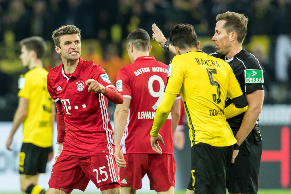 Dortmund, GERMANY - NOVEMBER 19: Thomas Mueller of Bayern Muenchen and Marc Bartra of Borussia Dortmund gestures during the Bandesliga soccer match between BV Borussia Dortmund and FC Bayern Muenchen at the Signal Iduna Park in Dortmund, Germany on November 19, 2016. (Photo by TF-Images/Getty Images)