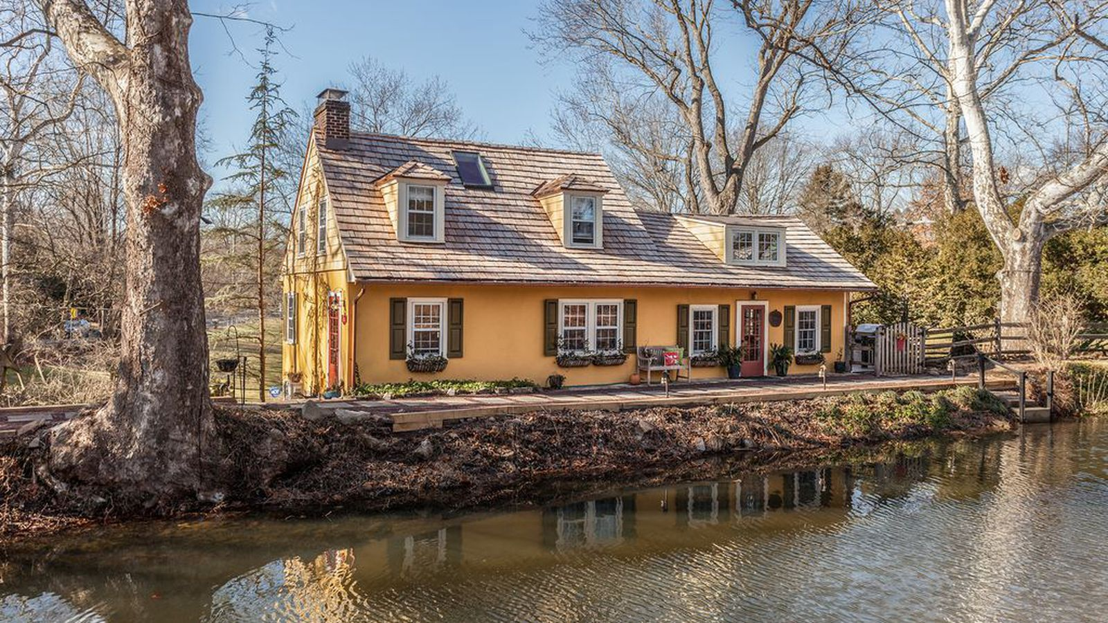 Enchanting pumpkin seed cottage along the canal seeks for New cottage homes