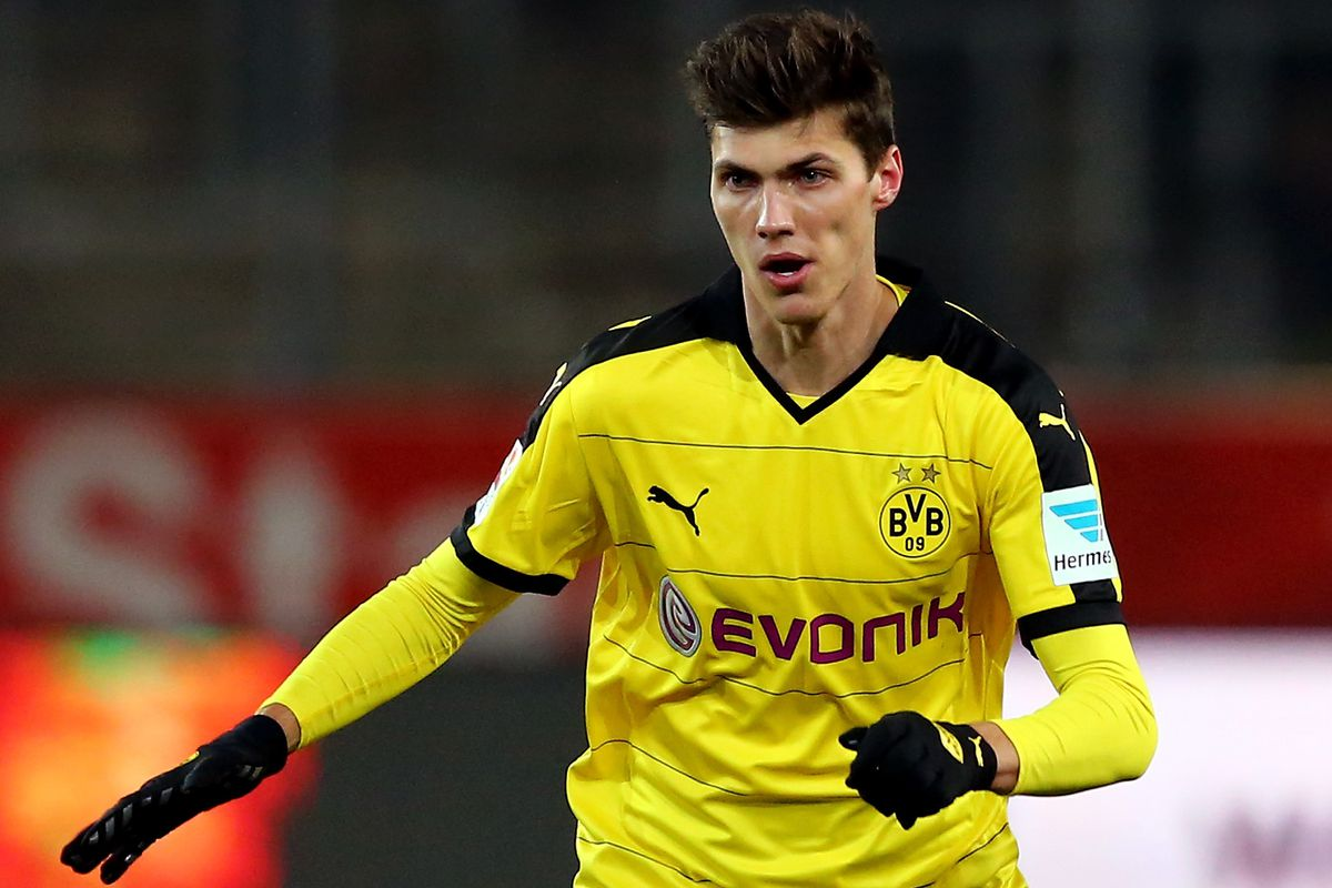 Pascal Stenzel in action for Dortmund
