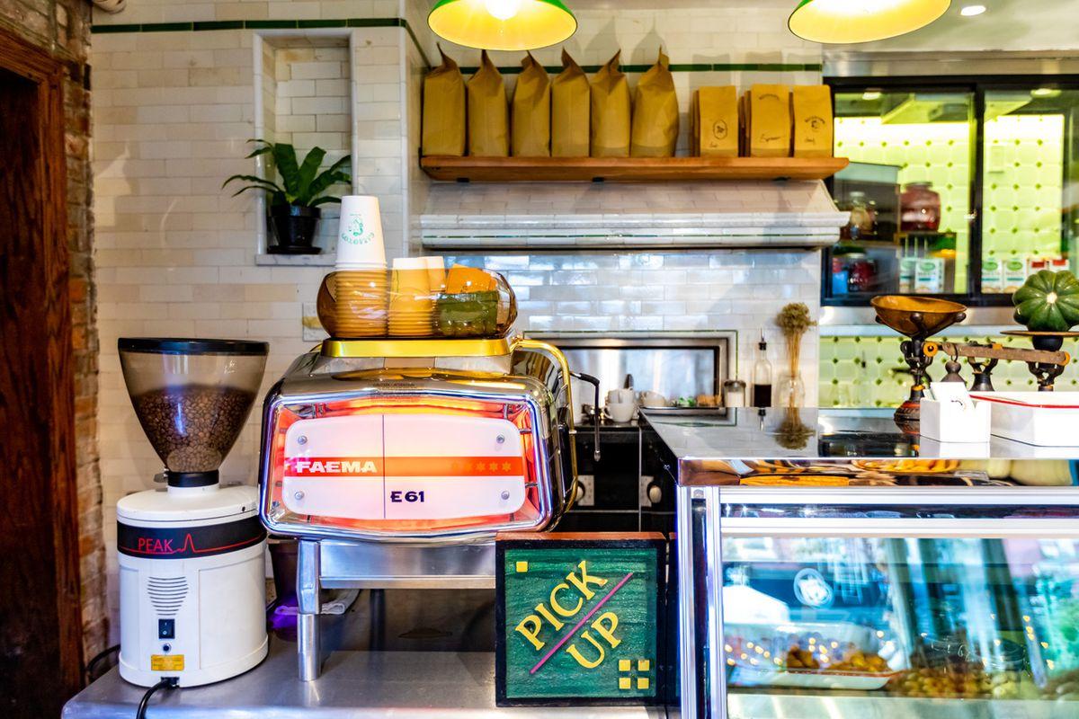 La caffetteria all'interno del ristorante italiano Deli Galliotto