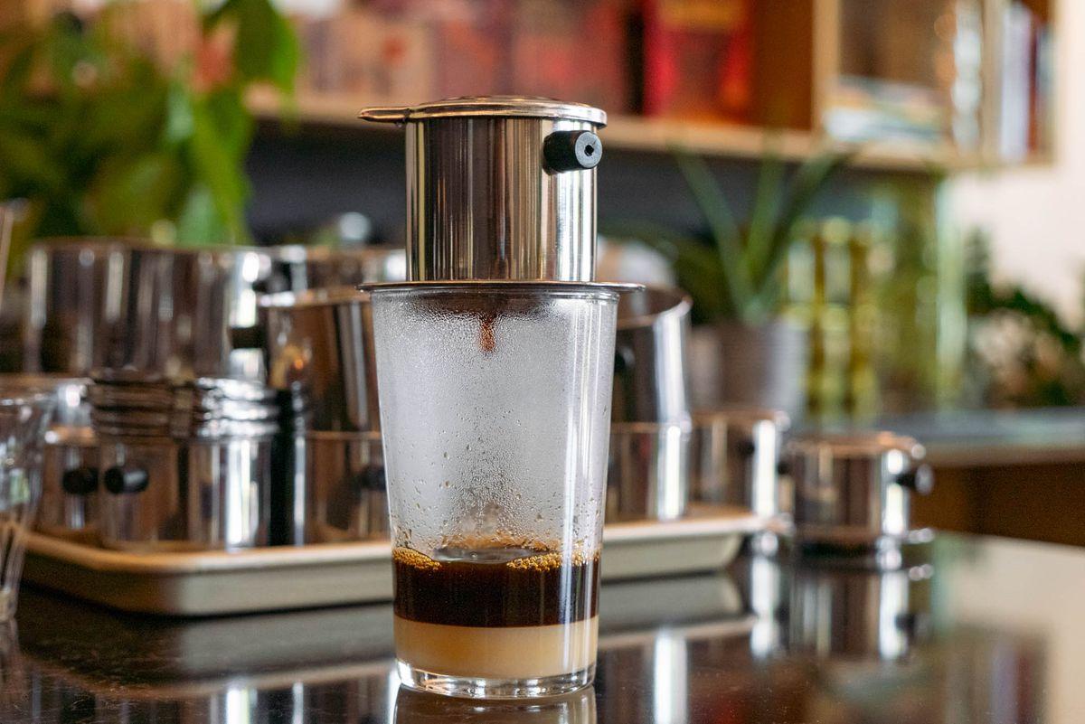 西雅图的phin咖啡店里,一个phin正在煮咖啡