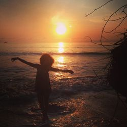 Dancing with the sunrise is one my favorite things to do. The early morning sun has this vibrant energy, and to bask in its solar radiance and vitamin is truly a beautiful gift I gave to myself every morning in Costa Rica. Salute the sun.
