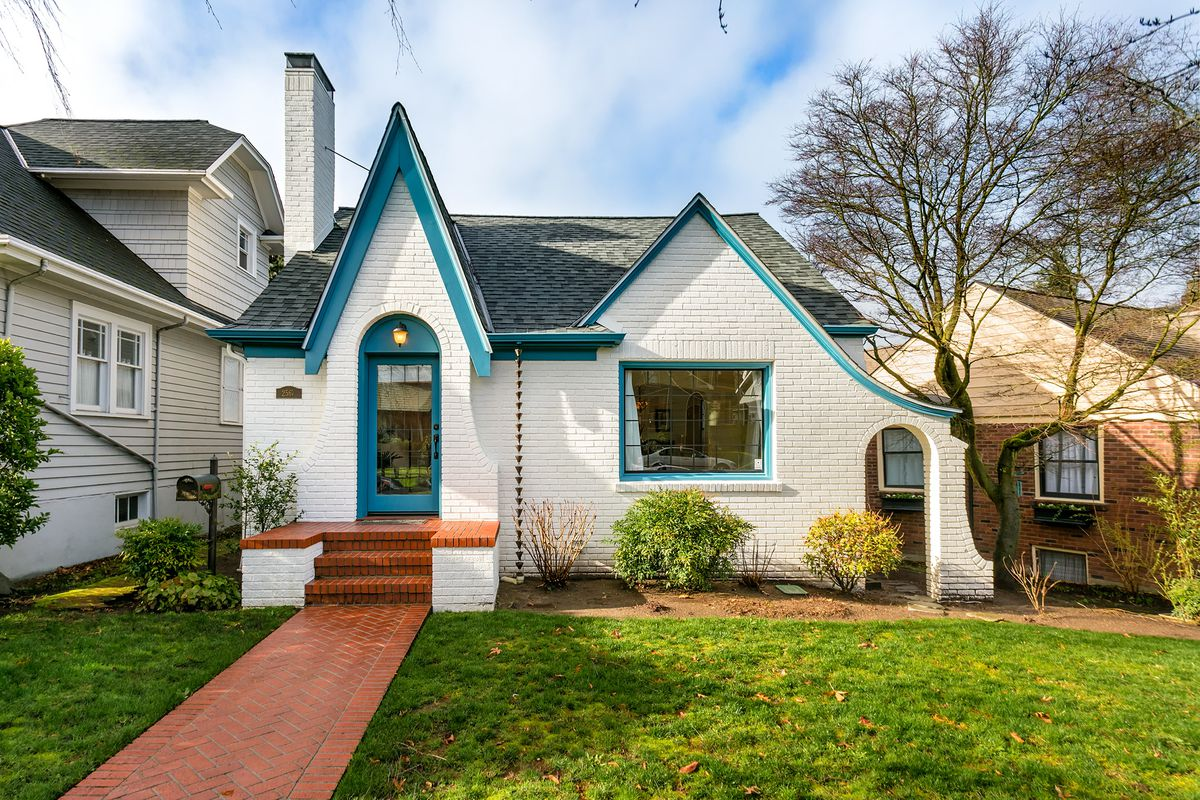 Queen anne classic hits the market for 1 1 million for Classic house hits