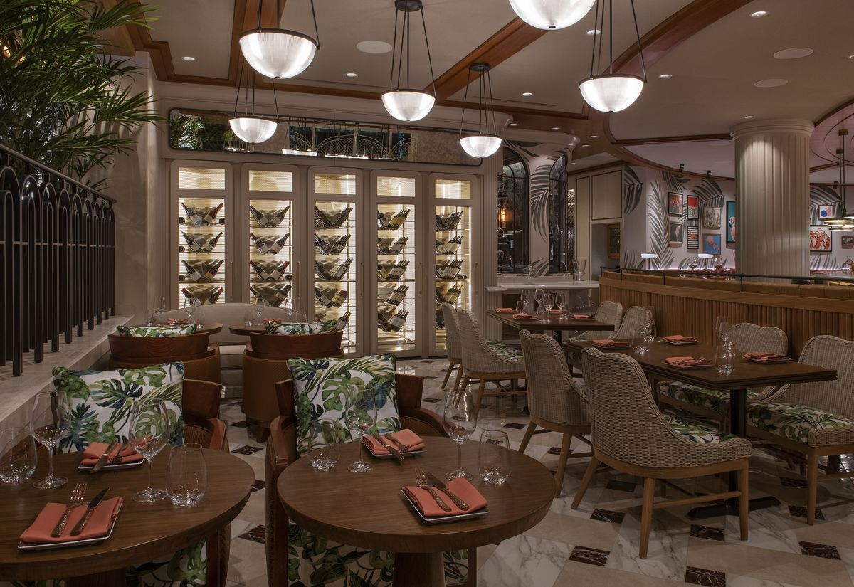 The main bar at Bugsy & Meyer's Steakhouse