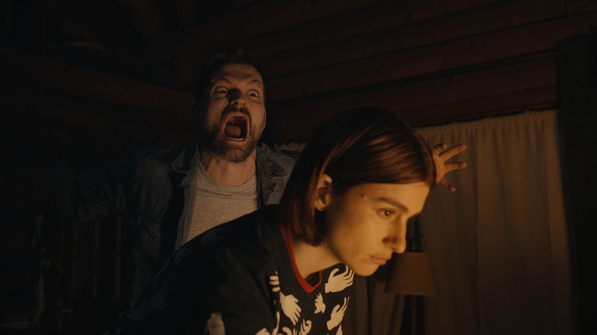 """Josh Ruben attempts to scare Aya Cash by screaming """"Boo!"""" at her from behind in Scare Me"""
