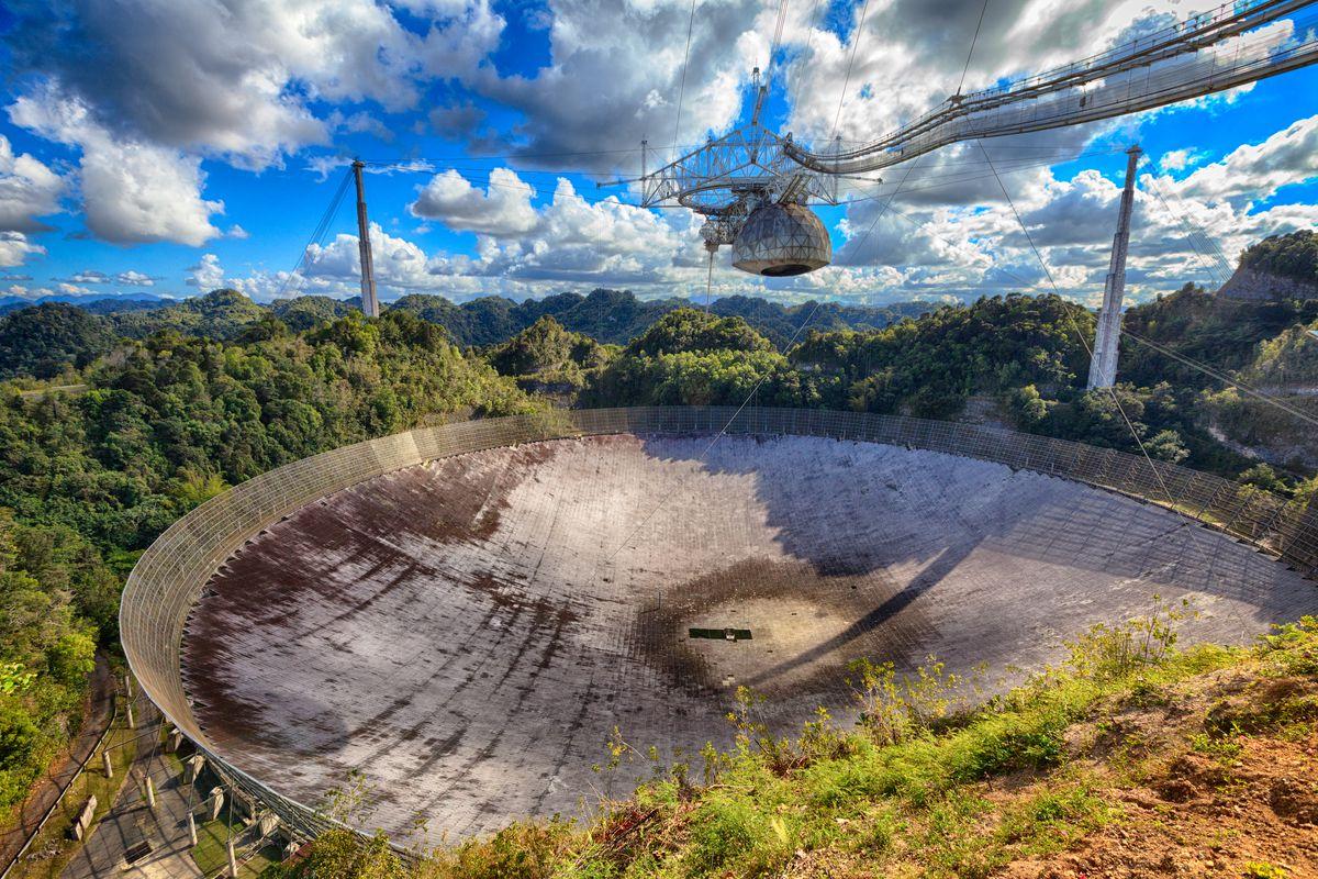 Le radiotélescope Arecibo est construit dans un gouffre en calcaire à Porto Rico.
