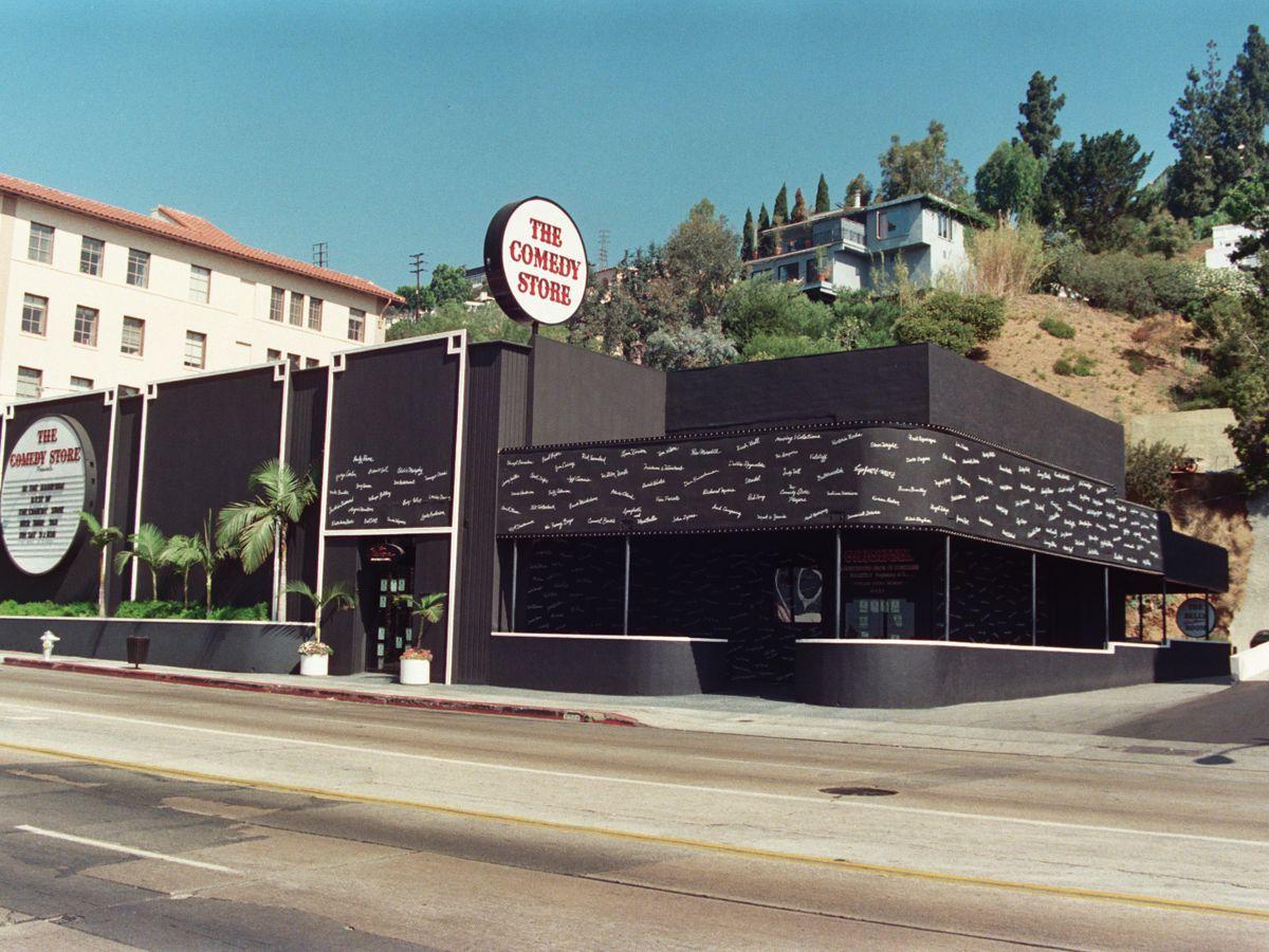 L'extérieur du magasin de comédie à Los Angeles.  Le bâtiment a une façade noire.