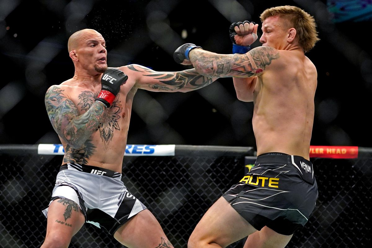 Anthony Smith (Red Gloves) fights Jimmy Crute (Blue Gloves) during UFC 261 at VyStar Veterans Memorial Arena