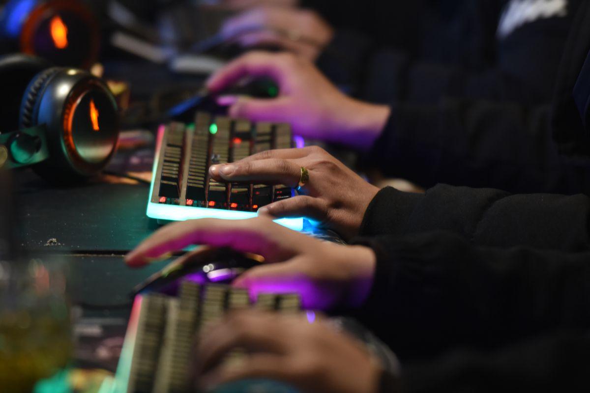 People Play Computer Games In Fuyang