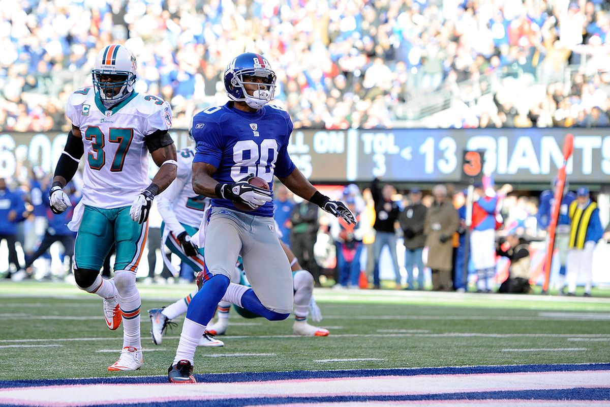 Victor Cruz of the New York Giants scores a touchdown against the Miami Dolphins at MetLife Stadium on October 30, 2011 in East Rutherford, New Jersey.  (Photo by Patrick McDermott/Getty Images)