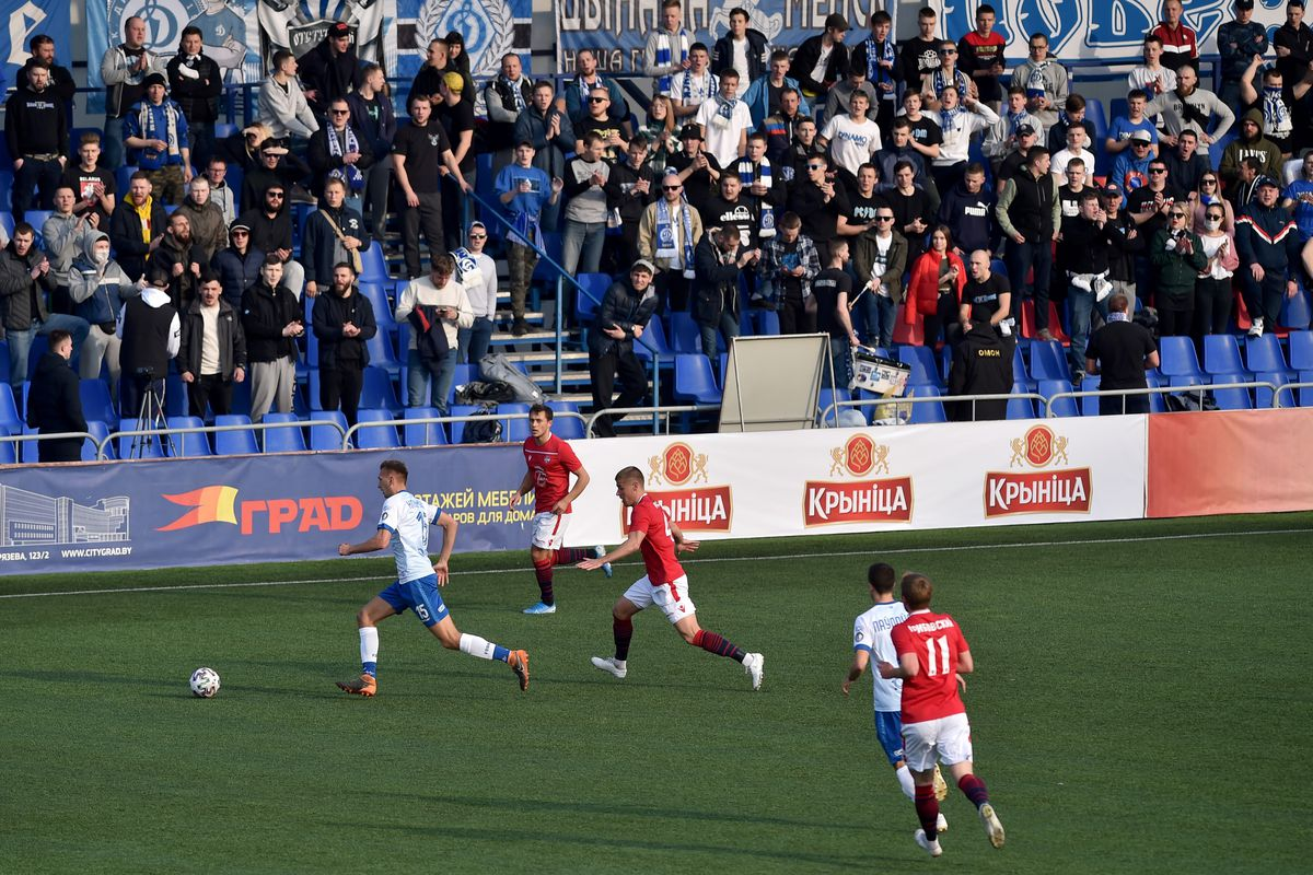 FC Minsk and FC Dinamo-Minsk team players vie for the ball during the Belarus Championship football match in Minsk, on March 28, 2020. - Belarus continue its championship despite all the leagues in Europe cancelled it to curb the spread of the COVID-19, the novel coronavirus.
