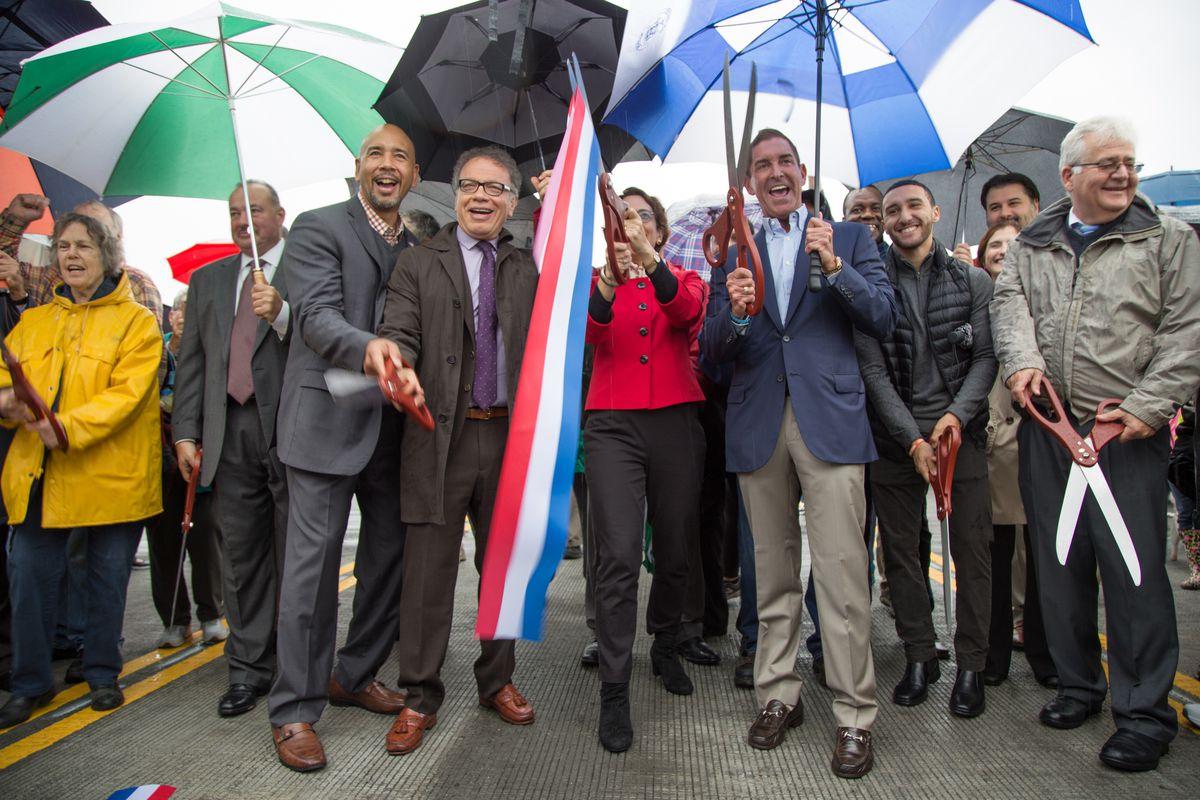 El presidente del municipio del Bronx, Ruben Diaz Jr., segundo de izquierda a derecha, participa en una ceremonia de inauguración en City Island en 2017