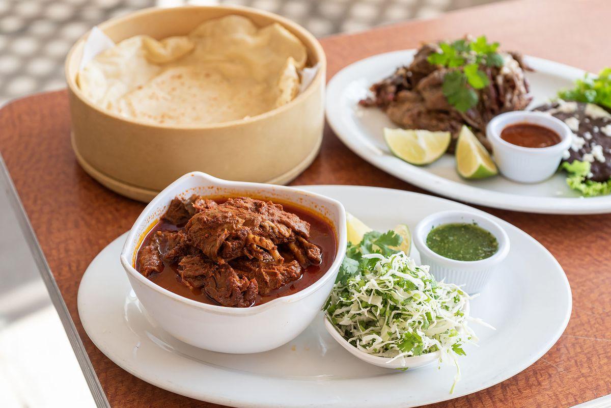 位于洛杉矶阿灵顿高地(Arlington Heights)附近的Gish Bac餐厅(Gish Bac)的Barbacoa enchilada和Barbacoa blanca餐厅是白色的。