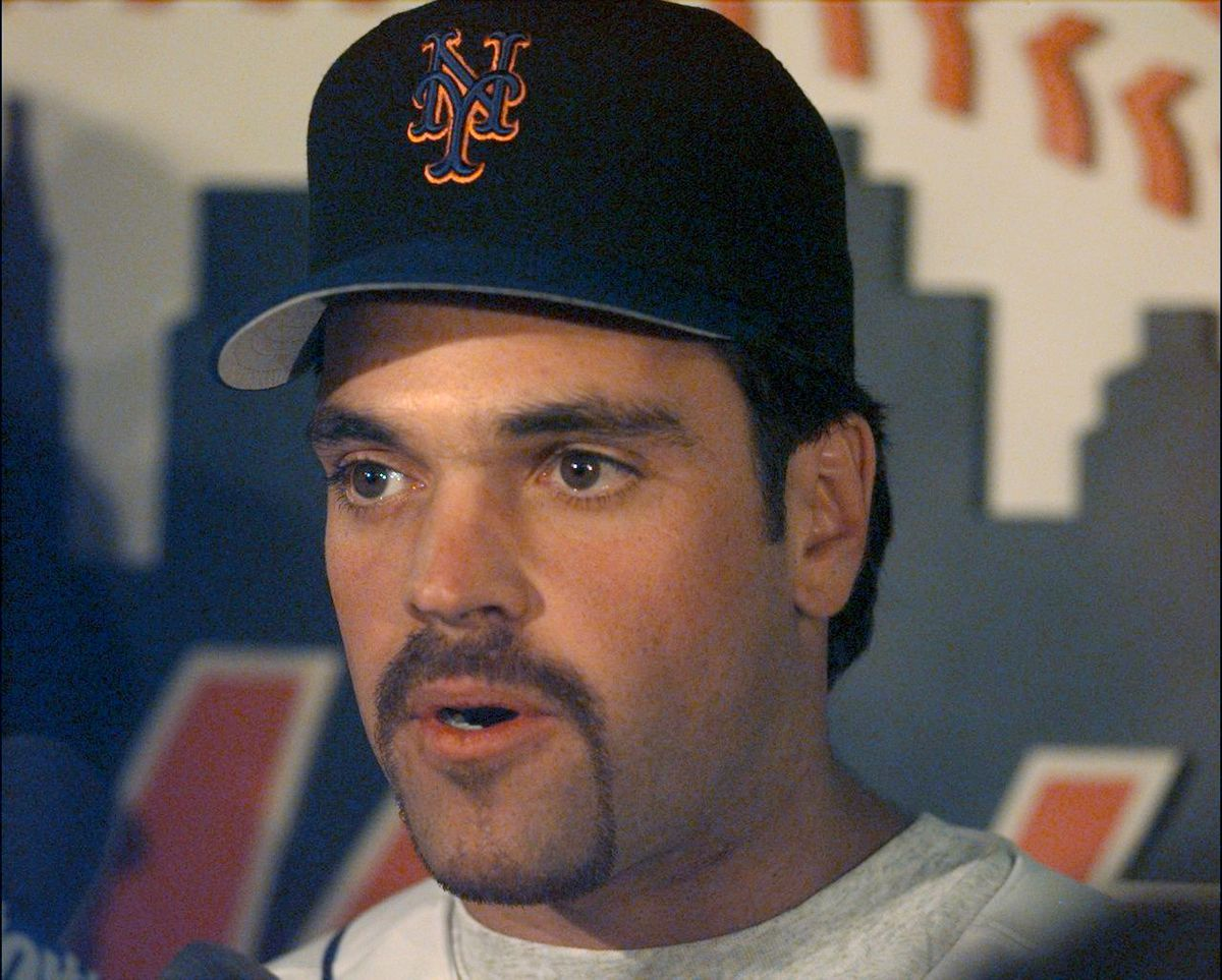 New York Mets' new player Mike Piazza talks to media at Shea
