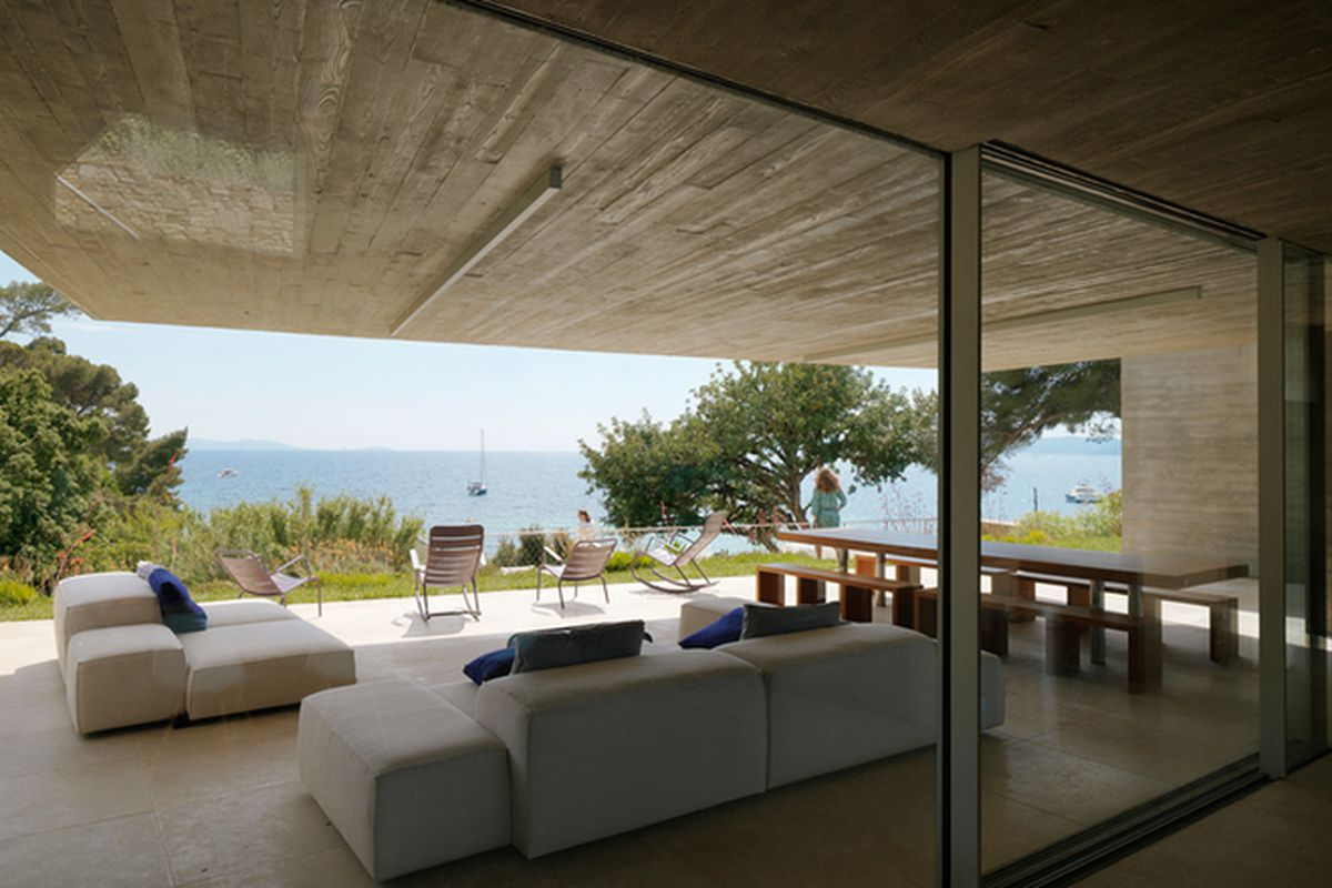 "All photos by <a href=""http://www.cyrilleweiner.com/"">Cyrille Weiner</a> via <a href=""http://www.designboom.com/architecture/pascal-grassos-maison-le-cap-var-france-05-19-2015/"">Designboom</a>"