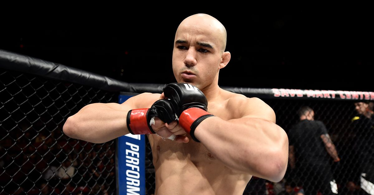Pic! Marlon Moraes signs contract to fight Jimmie Rivera at UFC on FOX 28 in Orlando