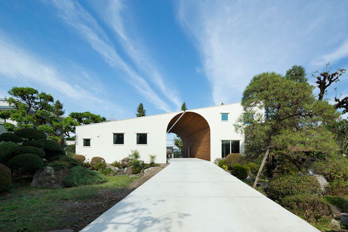 "Photo by Toshiyuki Yano via <a href=""http://www.dezeen.com/2015/04/02/two-houses-naf-architect-design-form-arch-japan/"">Dezeen</a>"
